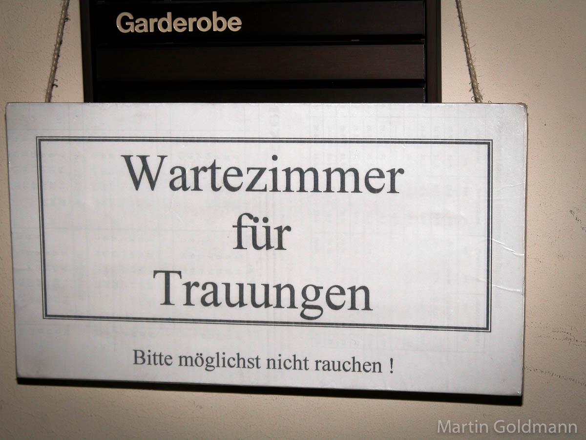 Schild: Wartezimmer für Trauungen