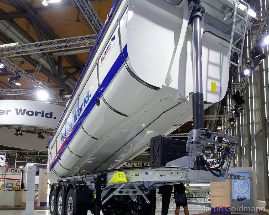 WLAN eingebaut. Dieser Sattelkipper von Schmitz-Cargobull kommuniziert mit dem Smartphone des Fahrers.